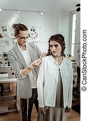 hermoso, diseñador, trabajando, moda, largo-long-haired, moderno, modelo