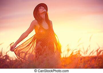 hermoso, dorado, mujer, campo puesta sol
