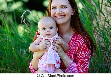 hermoso, feliz, madre que celebra a bebé, niña, con, amor