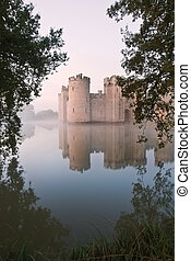 hermoso, foso, medieval, encima, luz del sol, atrás, castillo, niebla, salida del sol