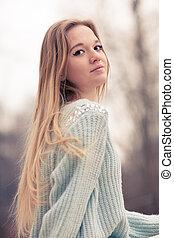 hermoso, frío, al aire libre, invierno, mujer joven, posar, ...