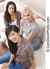 hermoso, grupo, tres,  interracial, sonriente, amigos, mujeres