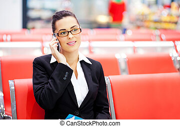 hermoso, hablar, mujer de negocios, joven, teléfono celular, aeropuerto