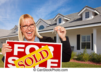 hermoso, hembra, tenencia, llaves, y, vendido, signo bienes raíces