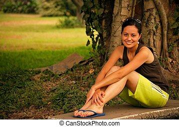hermoso, hispano, exterior, mujer se relajar