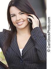 hermoso, hispano, mujer de negocios, célula, teléfono, Utilizar