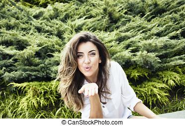 hermoso, joven, europeo, mujer, sends, beso, en, naturaleza