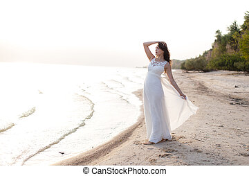 hermoso, joven, morena, mujer, en, blanco, largo, vestido,...