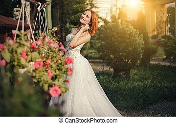 hermoso, joven, novia, posar, en, un, parque
