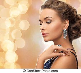 hermoso, llevando, anillo, mujer, pendientes