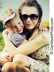 hermoso, mamá, abrazar, ella, lindo, hijo
