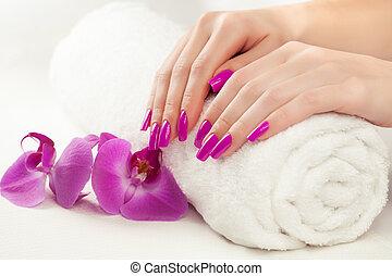 hermoso, manicura, con, orquídea rosa, y, toalla