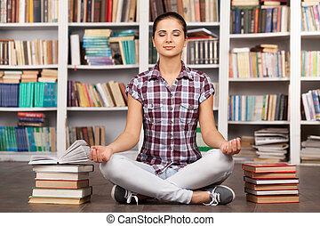 hermoso, mantener, mujer, ella, chill., sentado, meditar, ...