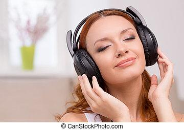 hermoso, mantener, mujer, escuchar, auriculares, ojos, pelo...