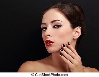 hermoso, maquillaje, mujer, con, labios rojos, y, negro, clavos