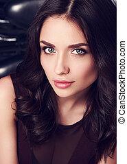 hermoso, maquillaje, mujer, con, rosa, lápiz labial, y, largo, pelo rizado, mirar, con, romántico, mirada, ella, azul, eyes., primer plano, retrato