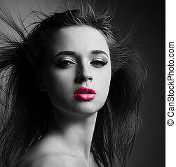 hermoso, maquillaje, mujer, con, rosa, lápiz labial, y, pelo salvaje, mirar, sexy., arte, primer plano, retrato, con, sombras