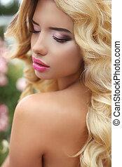 hermoso, Moda, Maquillaje, ondulado, largo, rubio, pelo, niña, modelo, parque