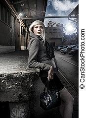 hermoso, moderno, mujer, en la calle