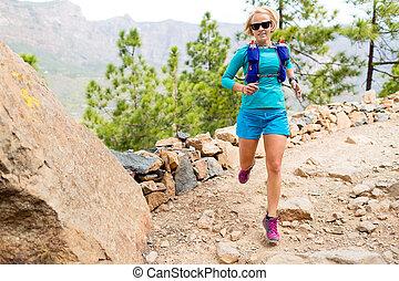 hermoso, montañas, mujer, arrastre correr, feliz
