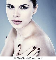 hermoso, morena, gris, plano de fondo, cosméticos, emociones, retrato, sexual