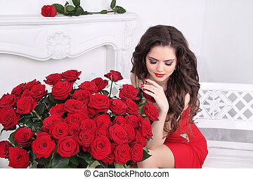 hermoso, morena, mujer, con, rosas rojas, flores, ramo, en, moderno, interior, apartamento