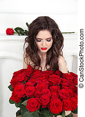 hermoso, morena, mujer, con, rosas rojas, ramo, valentines, day., lujo, vida