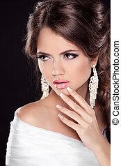 hermoso, morena, mujer, con, sexy, lips., hairstyle., makeup., manicured, nails., moda, niña, aislado, en, fondo negro