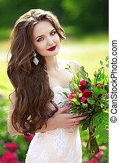 hermoso, morena, novia, mujer, con, ramo de la boda, de, flores, en, parque verde