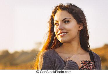 hermoso, morena, relajante, costa, otoño, ventoso, retrato...