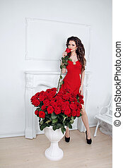 hermoso, morena, valor en cartera de mujer, rosa roja, cerca, ramo, flores, en, interior, apartamento, valentines, day.