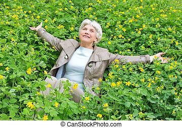 hermoso, mujer anciana, en, un, claro