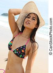 hermoso, mujer asiática, en, un, brillante, biquini, en, el, playa.