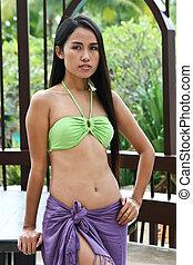 hermoso, mujer asiática, llevando, un, biquini, y, sarong.