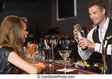 hermoso, mujer, barman, cóctel, porción, guapo