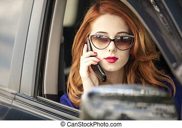 hermoso, mujer de negocios, vocación, teléfono, coche., pelirrojo