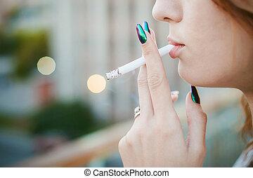 https://cdn.xl.thumbs.canstockphoto.es/hermoso-mujer-fuma-cigarrillo-joven-almacen-de-fotografias_csp42553603.jpg
