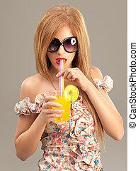 hermoso, mujer, gafas de sol, cóctel, Moda, retrato, bebida