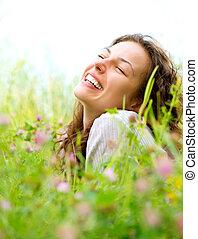 hermoso, mujer joven, acostado, en, pradera, de, flowers.,...