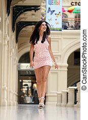 hermoso, mujer joven, ambulante, en, el, tienda