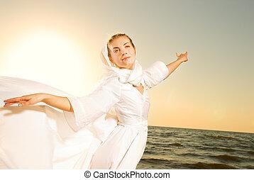 hermoso, mujer joven, bailando, en, un, playa, en, ocaso