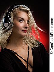 hermoso, mujer joven, con, auriculares