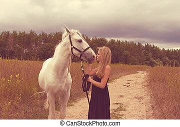 hermoso, mujer joven, con, un, caballo