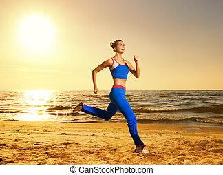 hermoso, mujer joven, corriente, en, un, playa, en, ocaso,...