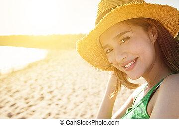 hermoso, mujer joven, en la playa, en, ocaso