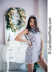 hermoso, mujer joven, en, santa claus, ropa, encima, navidad, fondo.