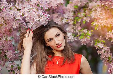 hermoso, mujer joven, en, un, primavera, parque