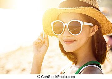hermoso, mujer joven, gozar, vacaciones de verano on the beach