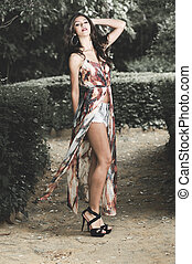hermoso, mujer joven, modelo, de, moda, en, un, jardín