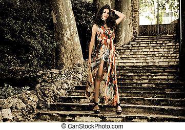 hermoso, mujer joven, modelo, de, moda, en, un, jardín, escaleras